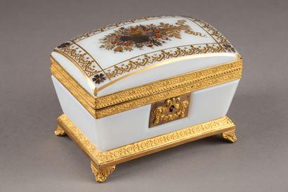 Charles X white opaline jewelery Box. Circa 1820