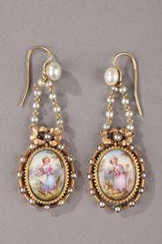 Paire de boucle d'oreilles en or, émail, perle et nacre.  Napoléon III