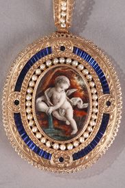 Medallion with Chain in Gold, Enamel, and Pearls. Late 19th Century