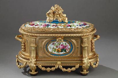 Coffret Napoléon III en bronze doré et plaques de porcelaine.  De style Louis XVI.