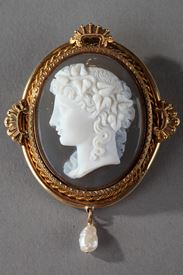 Gold Brooch with Pearl and Cameo on Agate