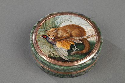 """Bonbonnière en or et micro-mosaïque """"la chasse du Renard"""" d'après Rafaelli. Début du XIXème siècle."""