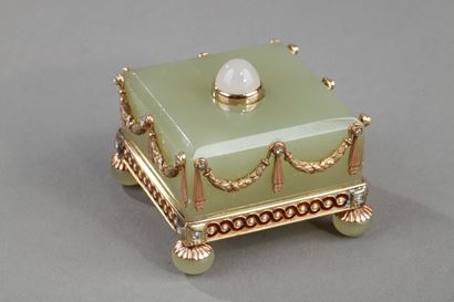 AN EARLY 20th FABERGE-STYLE GOLD MOUNTED BOWENITE AND ENAMEL BELL-PUSH