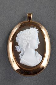 19TH CENTURY GOLD PENDANT WITH AGATE CAMEO.  Circa 1850