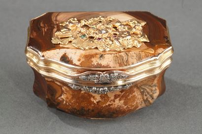 GOLD, AGATE, AND GEMSTONE SNUFFBOX.<br/>