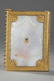 Charles X dance card in mother of pearl and bronze.<br> Circa 1815-1830.