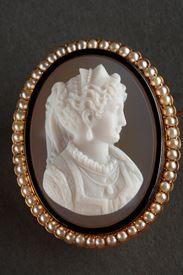 Gold Brooch with Agate Cameo and Pearls.<br> 19th Century.