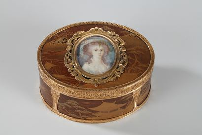 GOLD SNUFFBOX, LACQUER WITH MINIATURE ON IVORY.<br/>