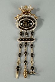 CHATELAINE IN GOLD, BLACK ENAMEL, AND PEARLS.<br/>