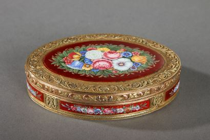 GOLD AND ENAMEL SNUFFBOX, FLORAL DECOR.<br/>