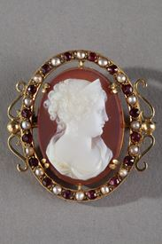 Gold Brooch with Agate Cameo and Pearls. Mid-19th Century.