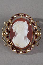 Camée sur agate rose monté en broche. Or, perles, pierres fines. Milieu XIXème siècle.