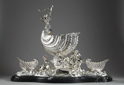 LARGE CENTERPIECE IN ENGLISH SILVER.