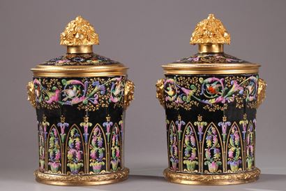 PAIR OF VASES IN PORCELAIN AND GILT BRONZE. <br/