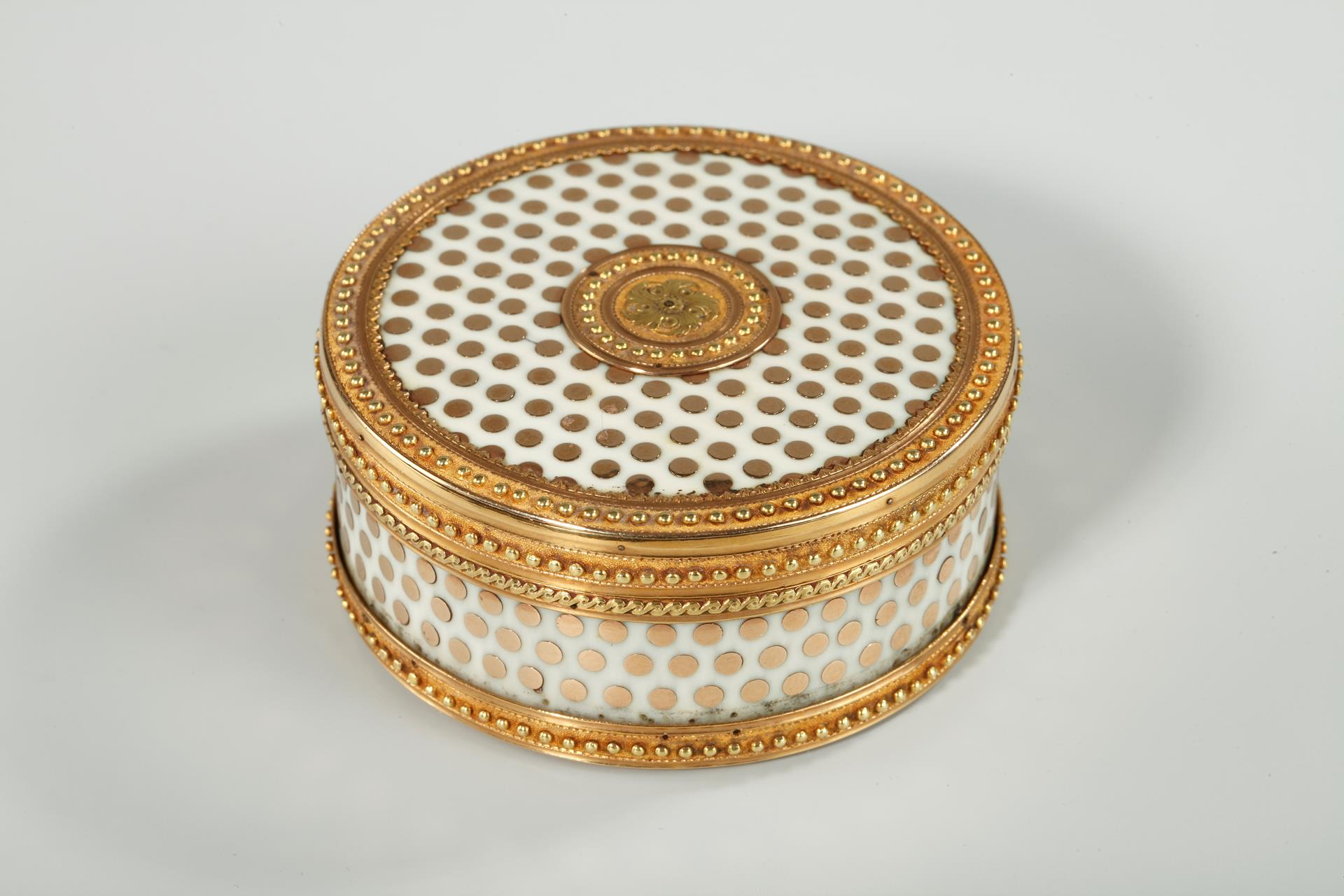 GOLD AND ENAMEL BONBONNIERE.<br/> LATE 18TH CENTURY FRENCH CRAFSMANSHIP.