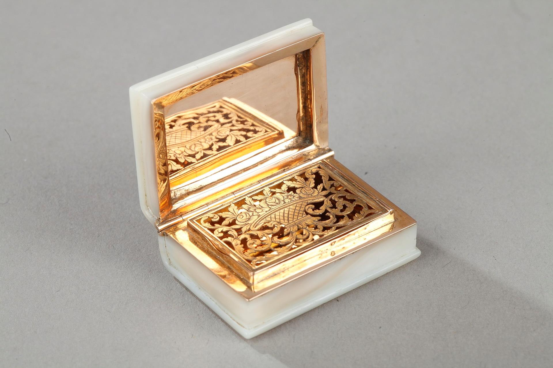 Early 19th century Gold and mother-of-pearl  Vinaigrette.