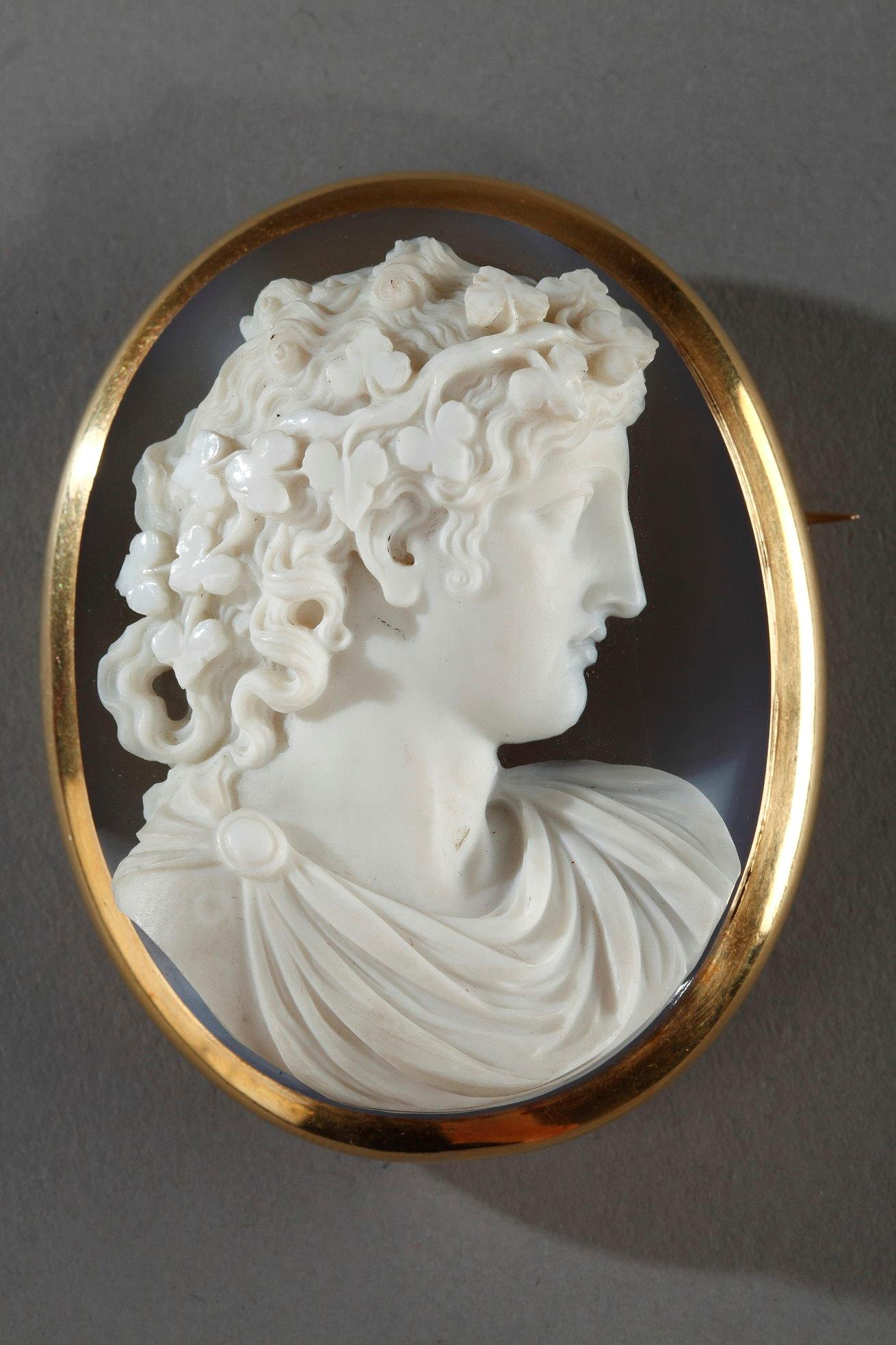 CAMEO ON AGATE, GOLD MOUNTING. 19TH CENTURY.