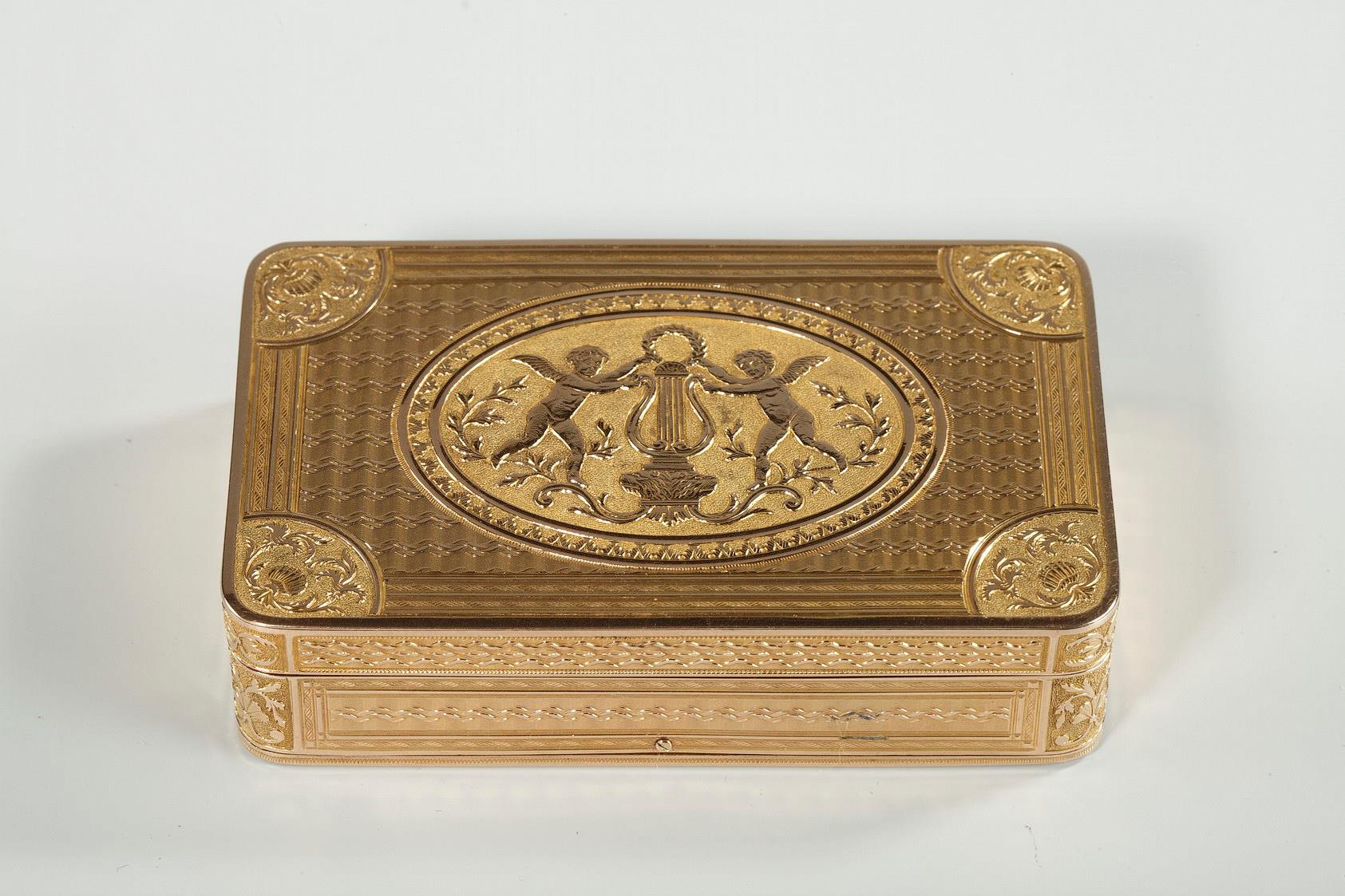 An Early 19th Century GOLD MUSICAL SNUFF BOX.