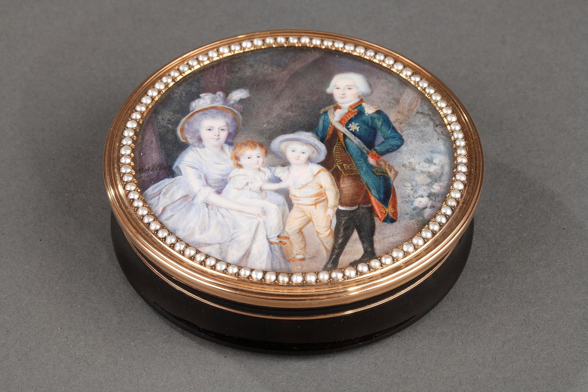 Gold and tortoiseshell box with miniature signed Morel.<br/> 18th century.