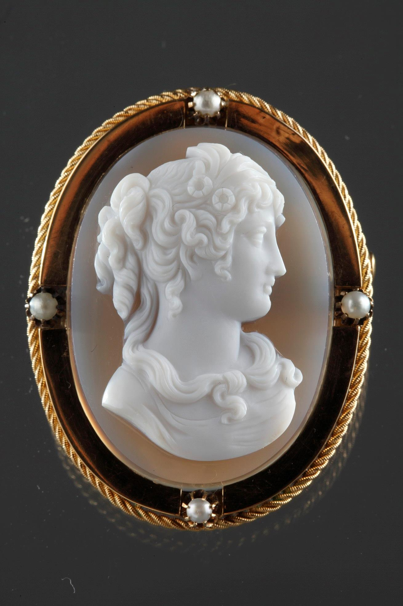 Mid-19th century Gold brooch-pendant with agate cameo.