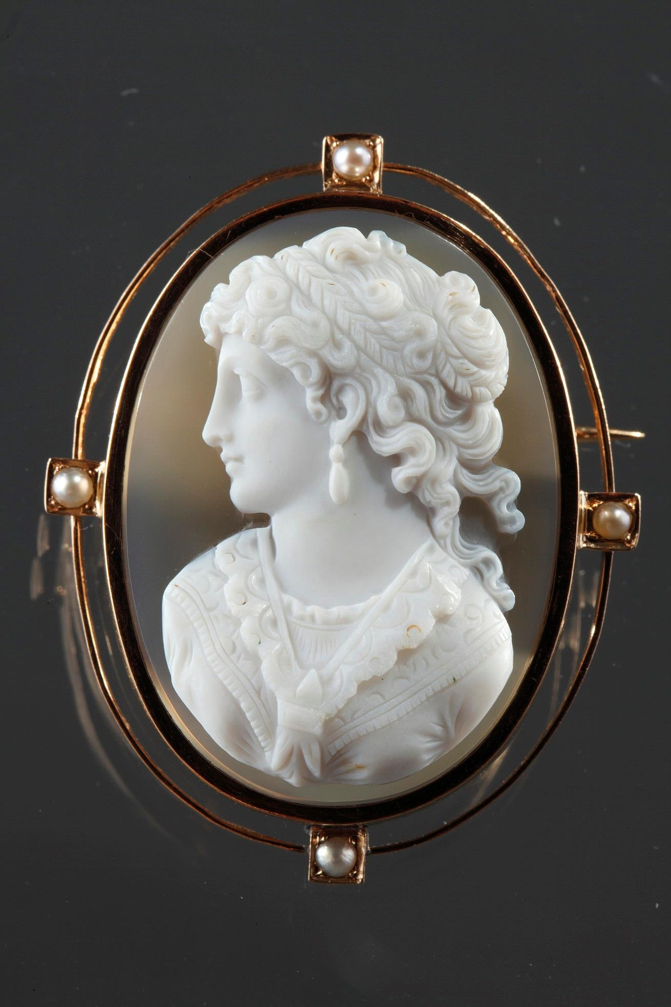 Gold Brooch With Agate Cameo And Pearls. 19th Century.