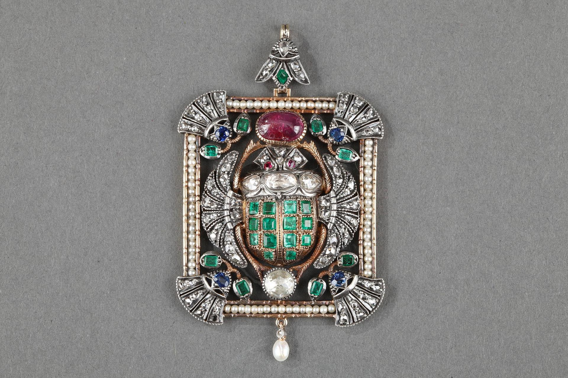 Pendant with Scarab beetle gold mounted. Art Deco period 1920-1930.