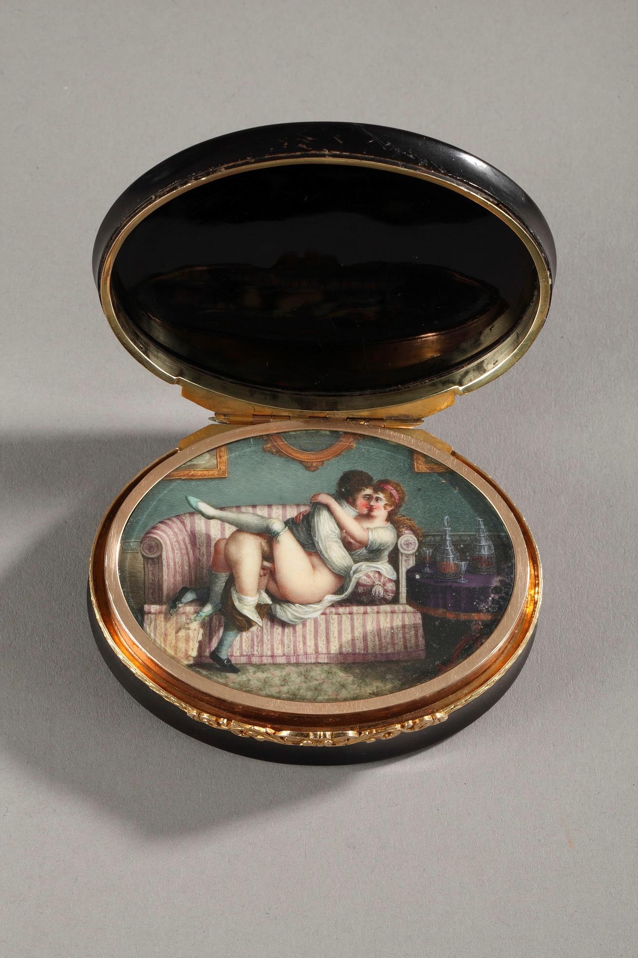 Hidden compartment snuff box tortoiseshell, gold and erotic miniature.<br/> 19th century.