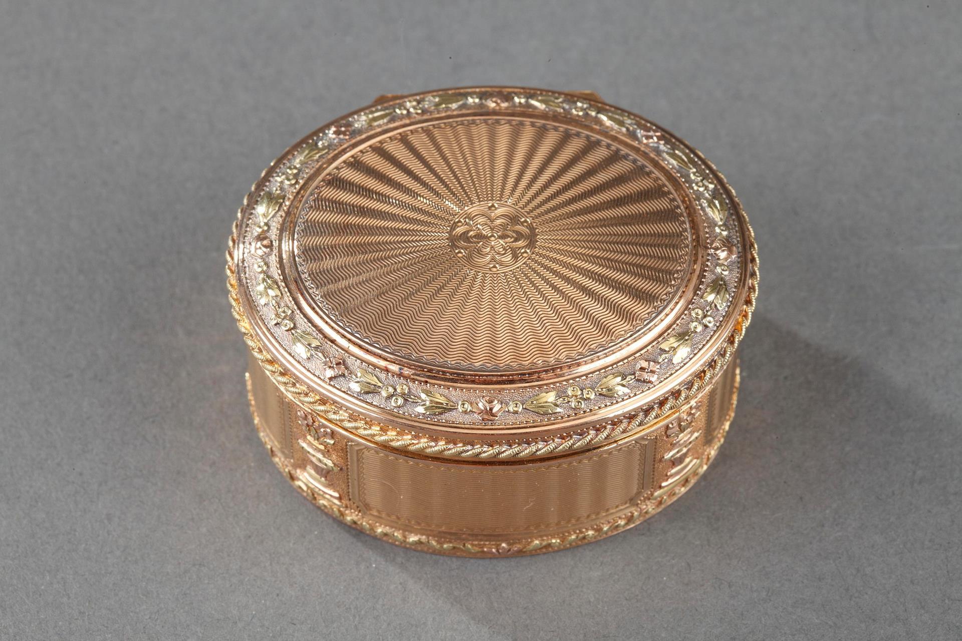 Gold snuff box. Louis XVI period.