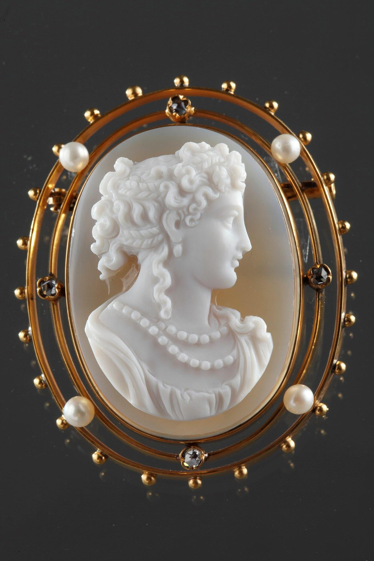19th century Gold Brooch with Pearl, diamonds and Cameo on Agate.