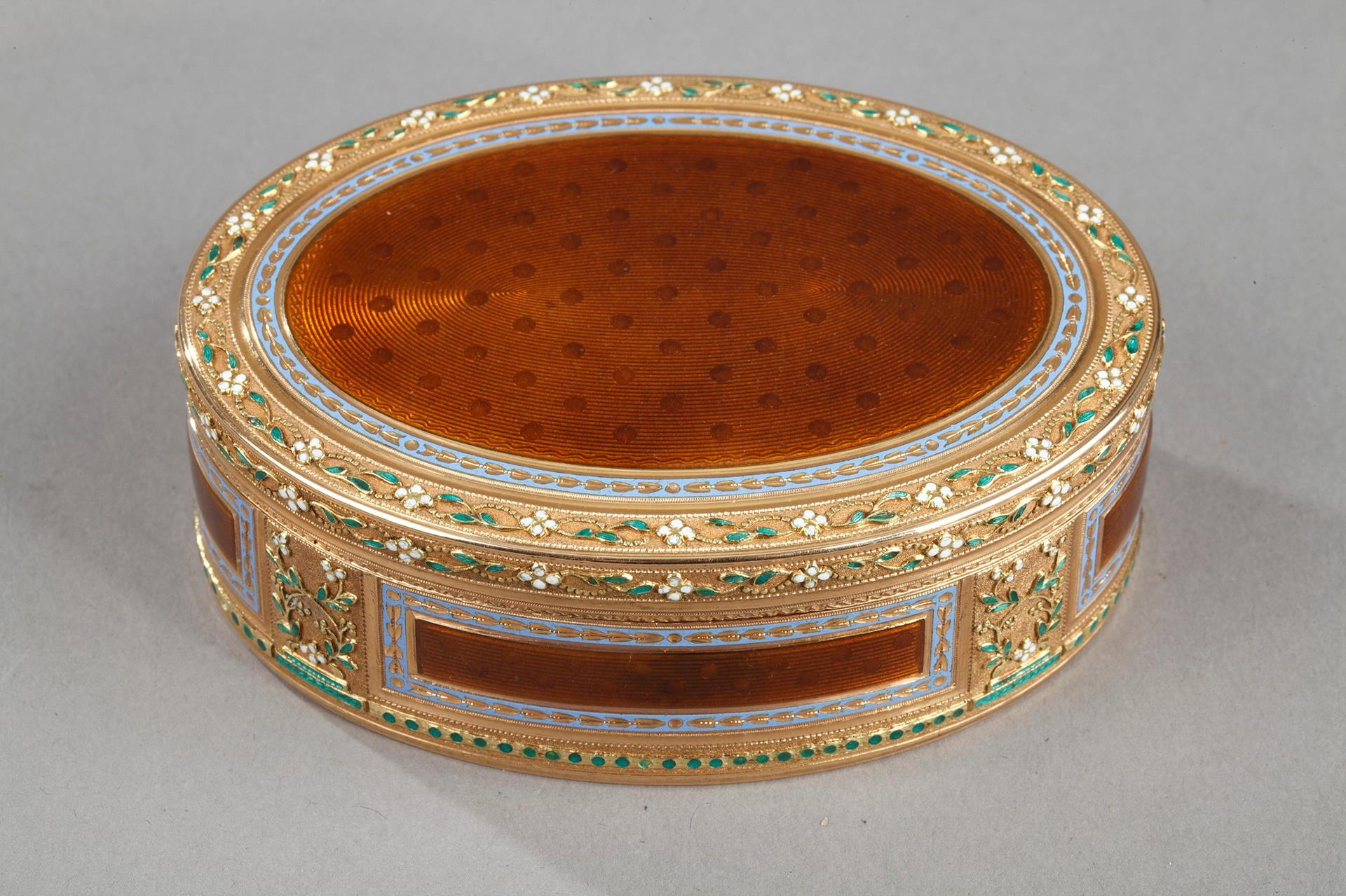 Gold and enamel snuff box.<br> 18th century.