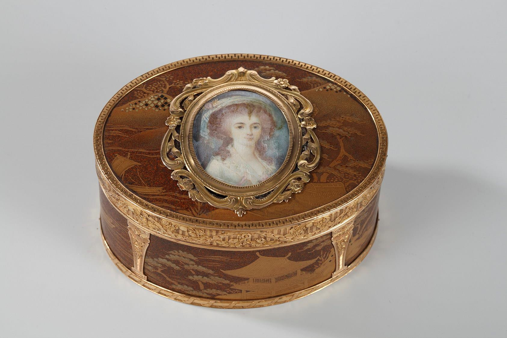 GOLD SNUFFBOX, LACQUER WITH MINIATURE ON IVORY.<br/> LOUIS XV PERIOD.