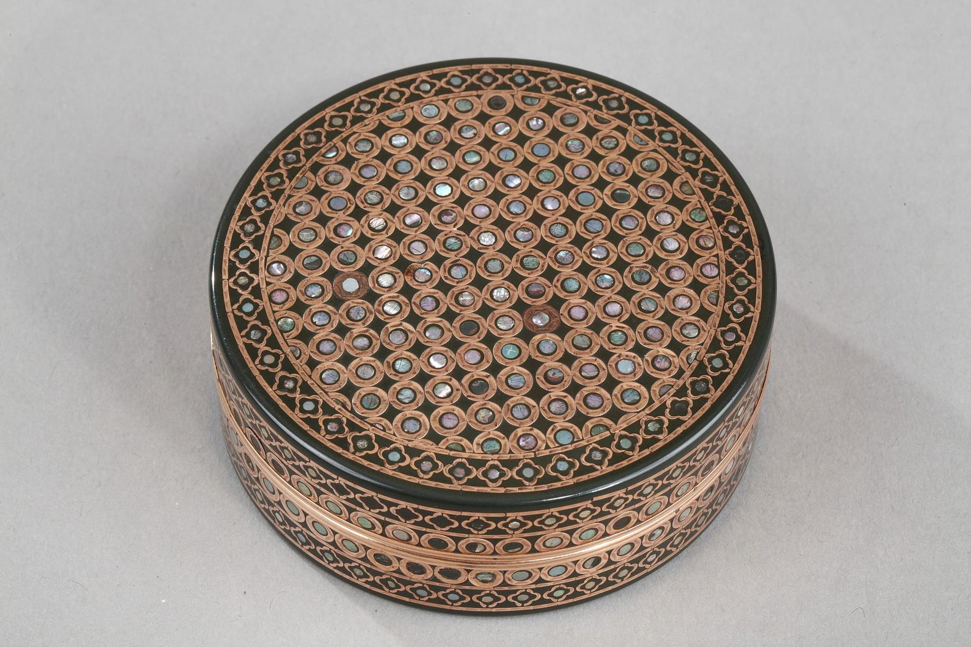 18th century box in tortoise-shell, gold and mother-of-pearl.<br> Circa 1783.